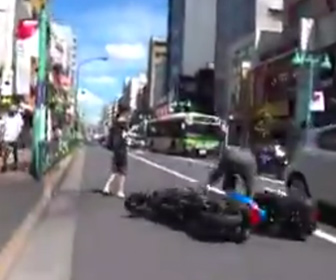 """【動画】女性が""""突然道を横断しようとし、急ブレーキをかけたバイクが転倒。女性は立ち去る"""