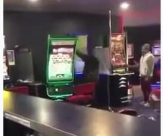 【動画】スロットで勝てない男が衝撃の行動に出る