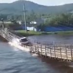 【動画】大雨で水位が上がった川の歩行者用吊り橋を車が無理やり渡ろうとするが…