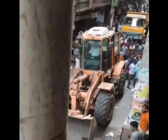 【動画】インドで違法駐車のスクーターを自治体がブルドーザーで片付けようとするが大変なことに…