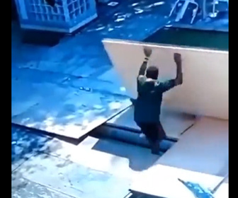【動画】男性が板を持ち上げて動かそうとするが、板の下にある溝に男性は落下してしまう