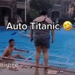 【動画】プールで太った女性がボートに乗るが…