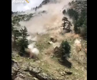 【動画】インドで大規模な地滑り。巨大な岩が落下し9名が死亡