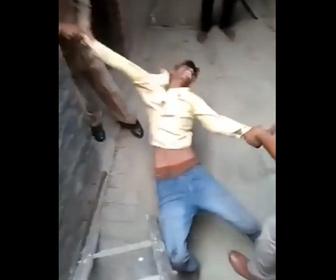 【動画】インドの泥棒、警察官から棒で叩かれまくる