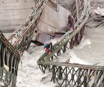 【動画】地滑りで破壊された橋を命がけで渡る村人たち