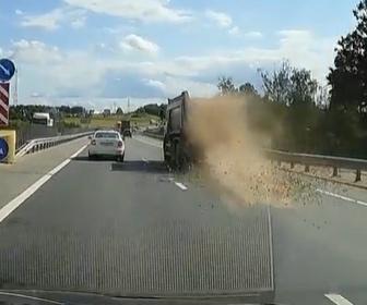 【動画】走行中のトラック荷台から砂利が落下してしまう