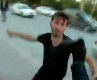 【動画】バイクライダーに車から降りてきた男達が殴りかかるが…【ロードレイジ】