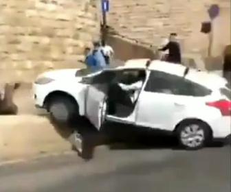 【動画】イスラエル人が運転する車がパレスチナ人に突っ込みはね飛ばす衝撃映像
