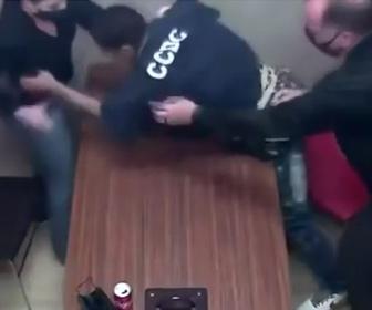 【動画】殺人事件の容疑者が取調室で女性警察官の銃を奪う