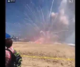 【動画】花火を積んだトラックが爆発。大量の花火が発射してしまう