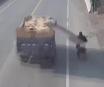 【動画】大型トラック荷台の荷物がズレ、バイクライダーの頭に直撃してしまう
