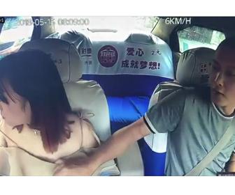 【動画】中国のタクシードライバーが若い女性の胸を見ようとする