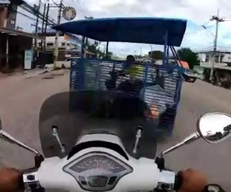 【動画】猛スピードのバイクが飲酒運転のバイクトレーラーに突っ込んでしまう