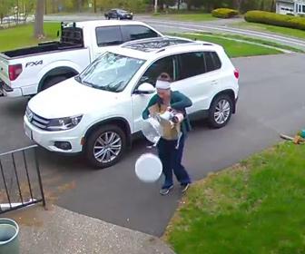【動画】車から荷物を下ろす女性。荷物が多すぎケーキを落としてしまう