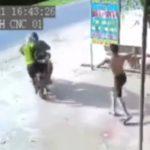 【動画】作業場に現れた泥棒に作業員が気づき、逃げる泥棒にハンマーを投げつける