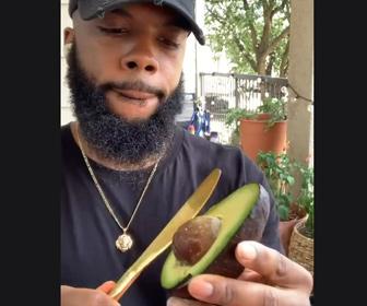 【動画】アボカドの種を簡単に取る方法