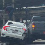 【動画】ピックアップトラックが車をぶつけて進路を塞ぎ、武器を持った2人の男が襲いかかってくる