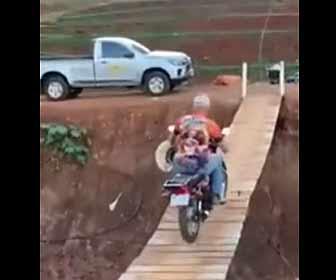 【動画】バイクで揺れる吊り橋を渡ろうとするが…