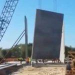 【動画】建設現場でクレーンが巨大な建築資材を吊り上げるがクレーンがバランスを崩し転倒してしまう