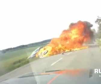 【動画】前の車を追い越しをする猛スピードのバイクが対向車に突っ込んでしまう事故映像