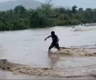 【動画】洪水で水没した橋を酔っ払いが渡ろうとするが…