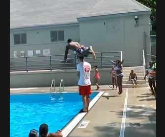 【動画】黒人の驚異的なジャンプ力!立ってる男性を飛び越えてプールに飛び込む衝撃映像