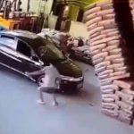 【動画】工場で駐車した車に高く積んだ荷物が倒れてしまう衝撃映像