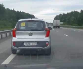 【動画】ロードレイジ。前の車を追い越そうとするが横転してしまう事故映像。