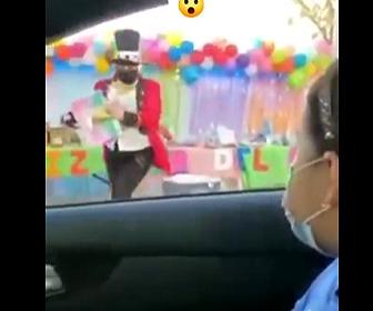 【動画】ストリートマジックでマジシャンが猛スピードのバイクにはね飛ばされてしまう