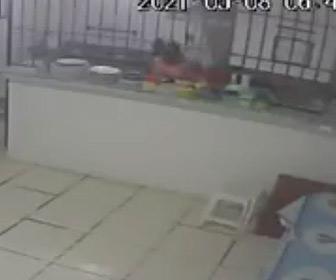 【動画】女性が作業中、キッチンが大爆発してしまう衝撃映像