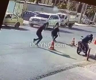 【動画】男性が後ろから殺し屋に銃で撃たれるがすぐさま反撃、至近距離で銃撃戦になる衝撃映像