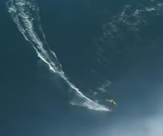 【動画】100 フィート(30m)の大波に乗るサーファーが凄い