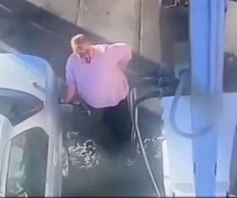 【動画】ガソリンスタンドで給油中の女性。ガソリンが溢れているのに気づかない