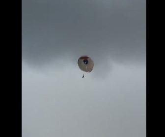 【動画】強風でパラセーリングのロープが切れ、少女が飛ばされてしまう衝撃映像