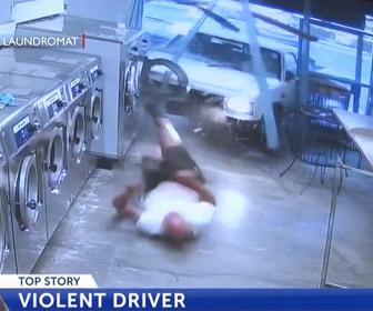 【動画】コントローエルを失った車が男性をはね飛ばしコインランドリーに突っ込む