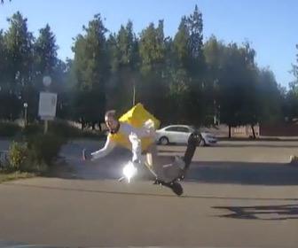 【動画】携帯電話に気を取られ、電動キックボードに乗る男性が転倒してしまう