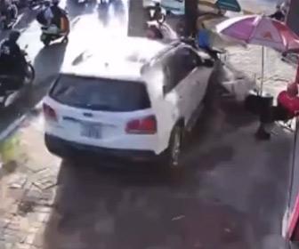 【動画】女性が運転する猛スピードの車が歩道に座っている人達に突っ込む衝撃映像