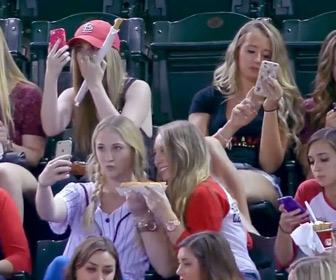 【動画】若い女の子たちは野球の試合より自撮りに夢中