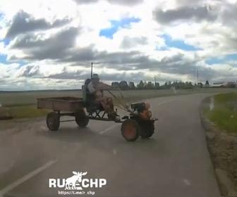【動画】道を横切るトラクターに猛スピードの車が突っ込む事故映像