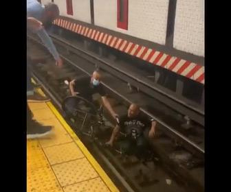 【動画】地下鉄の線路に車椅子の男性が落下。通りすがりの人が落下した男性を助ける