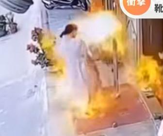 【動画】店先のスルメイカが爆発。火が女性の服に燃え移る