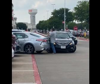 【動画】駐車場で2台の車が激しい争い。女性ドライバーが車をガンガンぶつけて走り去る