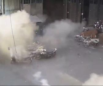 【動画】工場でガスボンベが爆発し吹き飛んでいく衝撃映像