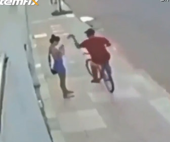 【動画】女性の携帯電話を奪った強盗に車の運転手が気づき、強盗に車で突っ込む