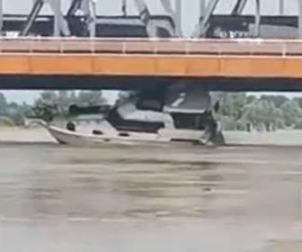 【動画】クルーザーが必死に避けようとするが橋の下に引っかかってしまう
