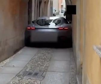 【動画】ローマの細い路地にフェラーリがはまって動けなくなってしまう