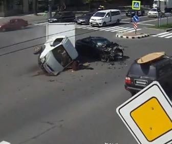 【動画】交差点で左折しようとするトラックに猛スピードの車が突っ込んでしまう