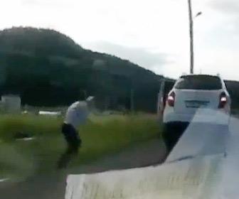 【動画】男性が車から降りて不法投棄をするするが、車が動き出してしまい…