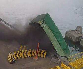 【動画】荷物を運ぶ大型トラックが海に落ちてしまう