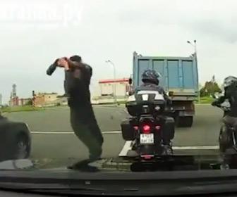 【動画】ロードレイジ。ゴミ収集車の作業員が信号待ちのバイクライダーに殴りかかる